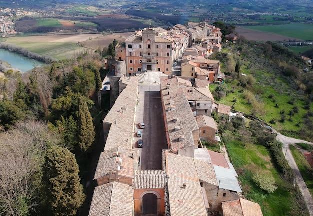 Widok z lotu ptaka filacciano z del drago kasztelem blisko rzym, włochy