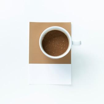 Widok z lotu ptaka filiżanka ciemnej kawy