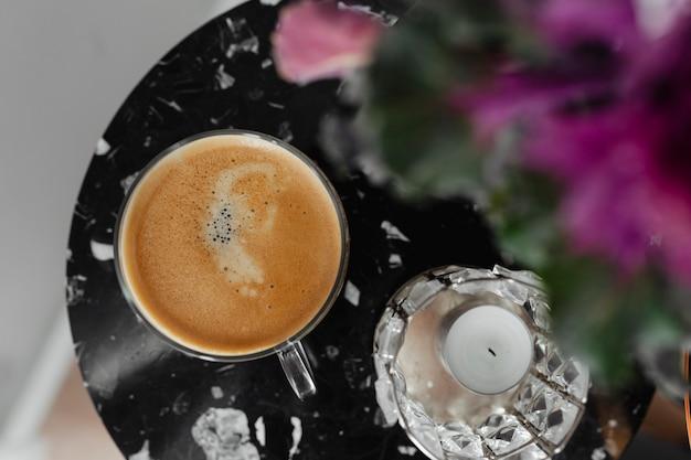 Widok z lotu ptaka filiżanka kawy wazą na czarnym stole