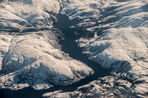 Widok z lotu ptaka fiord pasmo górskie w oceanie koło podbiegunowe na zimę