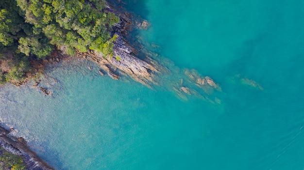 Widok z lotu ptaka fotografia, tropikalna plaża z oceanem i skała na wyspie