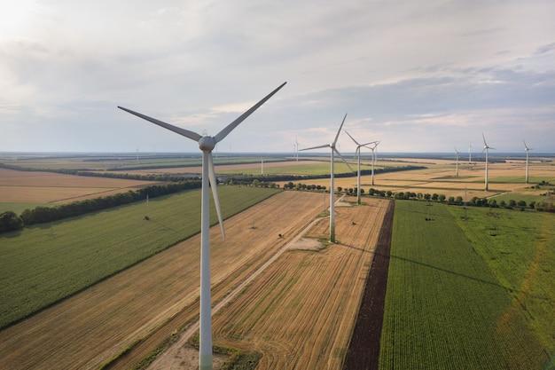 Widok z lotu ptaka generatorów turbin wiatrowych w polu produkującym czystą ekologiczną elektryczność.