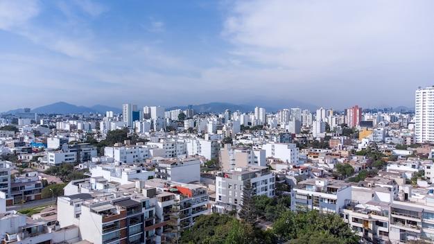 Widok z lotu ptaka gminy miraflores w mieście lima, peru