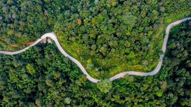 Widok z lotu ptaka górskie ścieżki wiejska droga między miastem w doi chang chiang rai w tajlandii