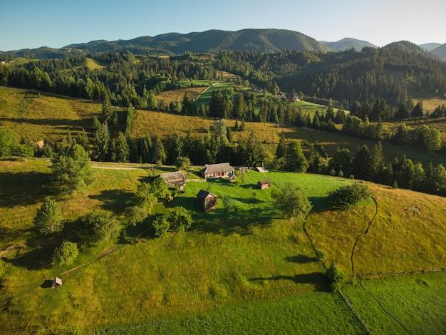 Widok z lotu ptaka górskiej wioski w karpatach w letni dzień