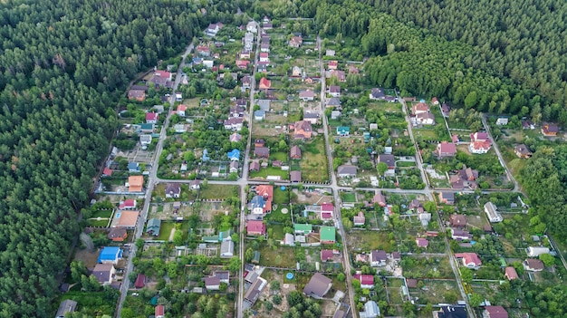 Widok z lotu ptaka góry dzielnicy mieszkalnej letnich domów w lesie z góry, nieruchomości wsi i małej wsi dacza na ukrainie