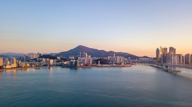 Widok z lotu ptaka gwangan most w busan mieście, południowy korea