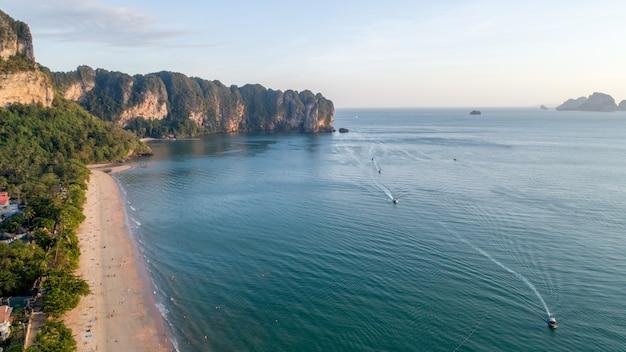 Widok z lotu ptaka halna phi phi wyspa w tajlandia