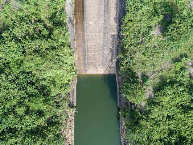 Widok z lotu ptaka hydroelektrowni, betonowa zapora topview downstream slope.