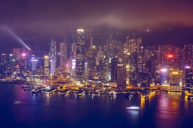 Widok z lotu ptaka iluminująca linia horyzontu hong kong. hongkong, chiny