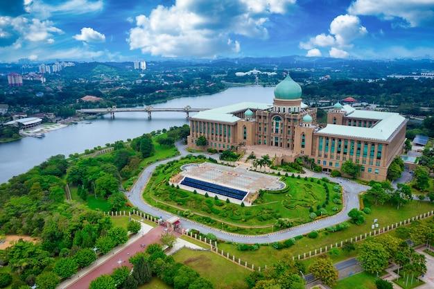 Widok z lotu ptaka jabatan perdana menteri przy dniem w putrajaya, malezja
