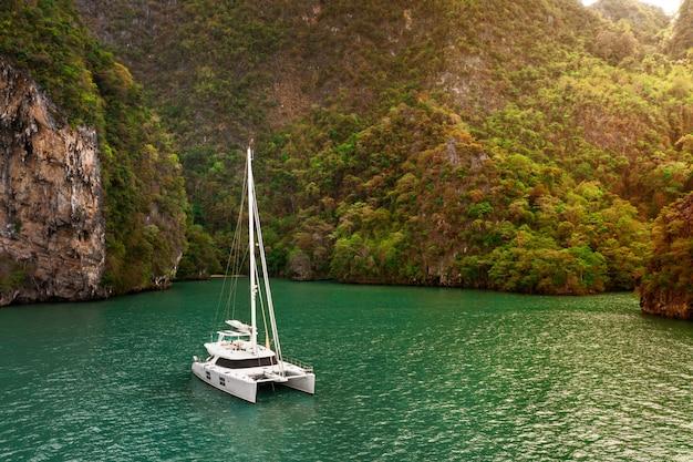 Widok z lotu ptaka jacht żaglowy przyjemności w morzu andamańskim w pobliżu wysp phi phi, tajlandia