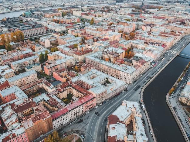 Widok z lotu ptaka kanał gribojedowa, dachy zabytkowych domów w centrum miasta. sankt petersburg, rosja