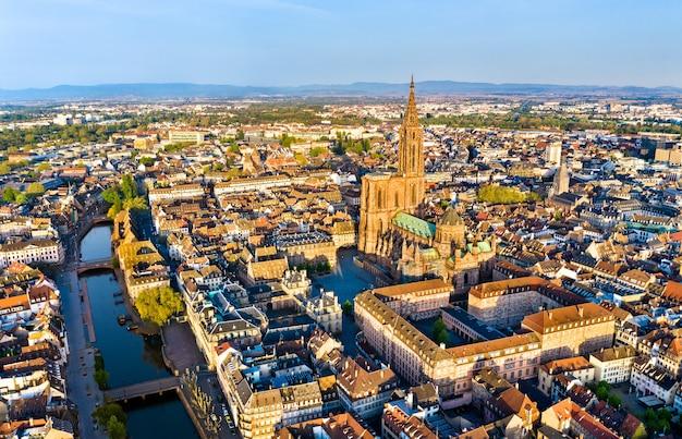 Widok z lotu ptaka katedry notre-dame w strasburgu - alzacja, francja