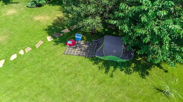 Widok z lotu ptaka kempingu z namiotu i sprzętu kempingowego pod drzewem rodzinne wakacje w koncepcji na zewnątrz obozu