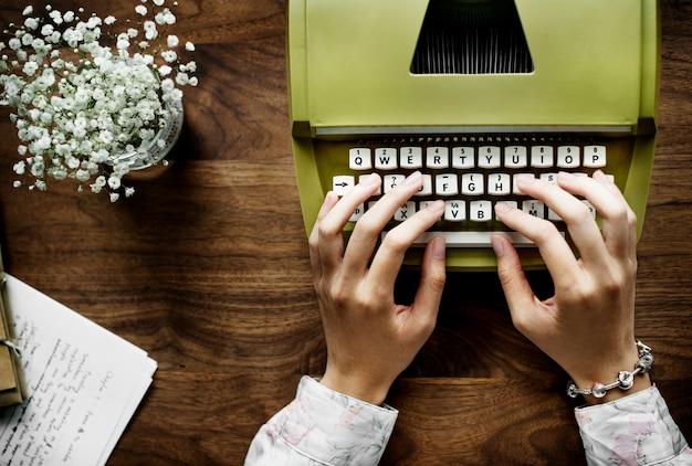 Widok z lotu ptaka kobieta używa retro maszyna do pisania