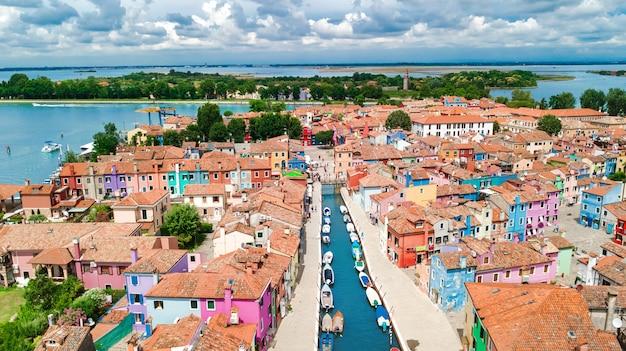 Widok z lotu ptaka kolorowa burano wyspa w weneckim laguny morzu od above, włochy