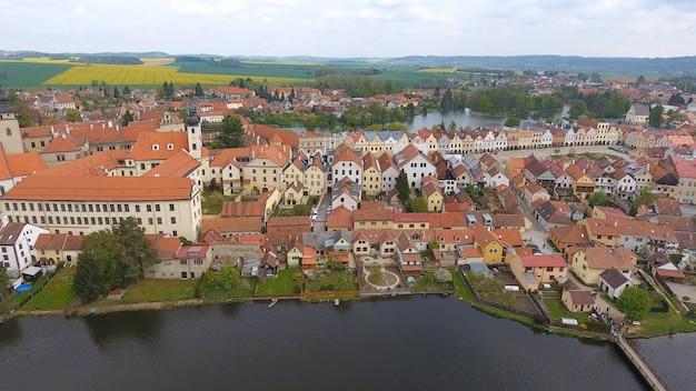 Widok z lotu ptaka kolorowi budynki z czerwonymi dachówkowymi dachami przy średniowiecznym kwadratem i starym kasztelem w telc, republika czech