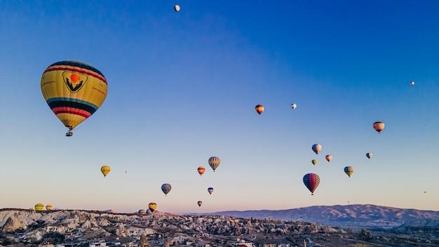 Widok z lotu ptaka kolorowych balonów na ogrzane powietrze w kapadocji, turcja. zdjęcie wysokiej jakości