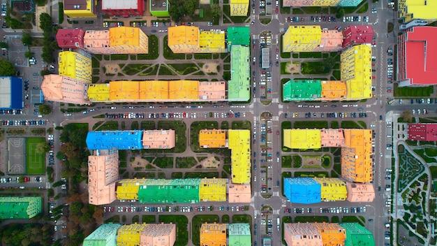 Widok z lotu ptaka kolorowych domów w kijowie na ukrainie.
