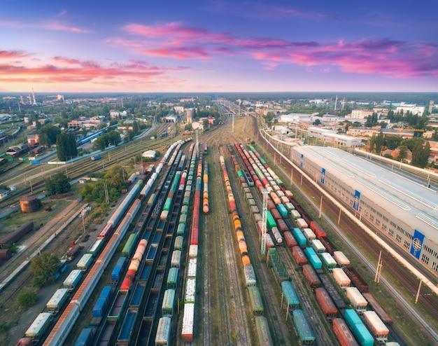 Widok z lotu ptaka kolorowych pociągów towarowych