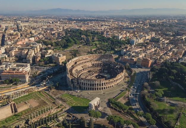 Widok Z Lotu Ptaka Koloseum W Słoneczny Dzień. Rzym, Włochy Premium Zdjęcia