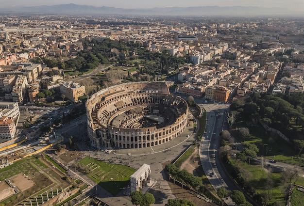 Widok z lotu ptaka koloseum w słoneczny dzień. rzym, włochy
