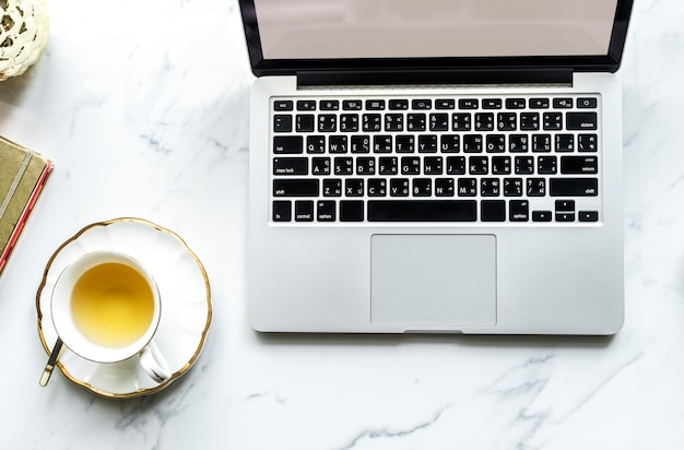 Widok z lotu ptaka komputerowy laptop i filiżanka herbata
