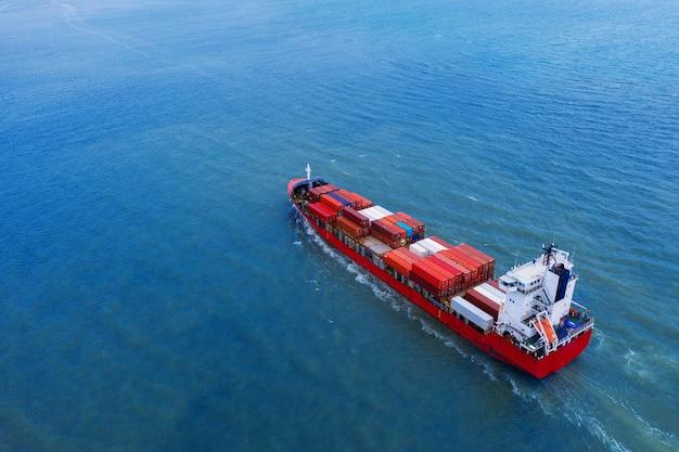 Widok z lotu ptaka kontenerowca na morzu.