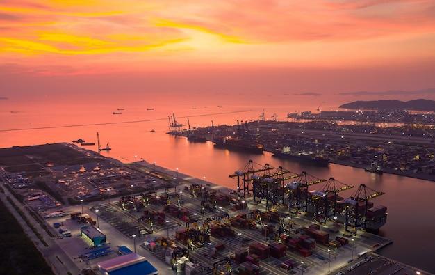 Widok z lotu ptaka kontenerowiec do portu morskiego o zachodzie słońca