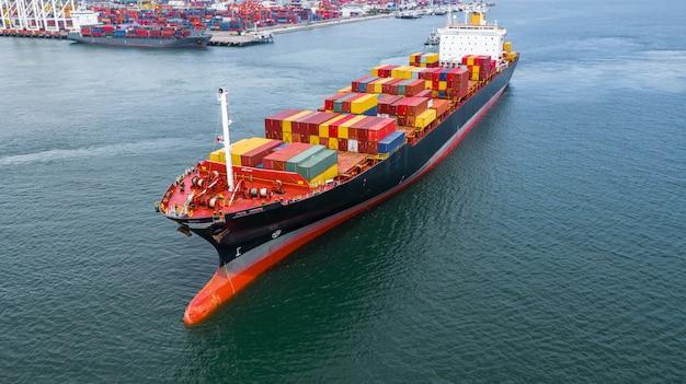 Widok z lotu ptaka kontenerowiec przewożący kontener w logistyce importu eksport i transport międzynarodowy kontenerowcem na otwartym morzu.