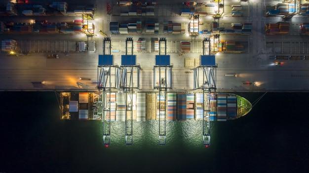 Widok z lotu ptaka kontenerowiec przewożący skrzynie ładunkowe
