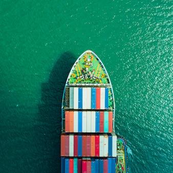 Widok z lotu ptaka kontenerowiec. transport biznesowy logistyczny fracht morski, statek towarowy, kontener ładunkowy w porcie fabrycznym na terenie przemysłowym na eksport do importu na całym świecie, port handlowy