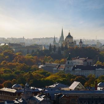 Widok z lotu ptaka kościół linia horyzontu lwów miasto na ukraina. kolorowe zdjęcia lotnicze z lwowa panoramę miasta.