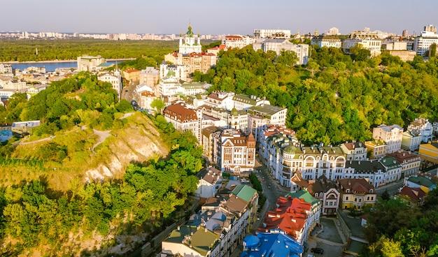 Widok z lotu ptaka kościoła świętego andrzeja i ulicy andreevska