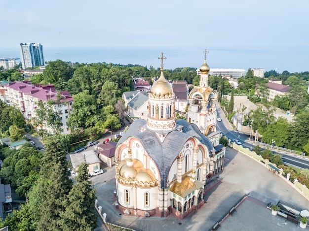 Widok z lotu ptaka kościoła świętego księcia włodzimierza na mount grapevine i seascape, soczi, rosja.