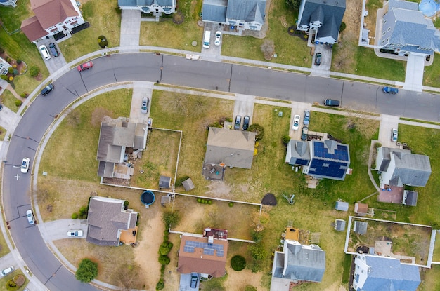 Widok z lotu ptaka krajobraz miejski wczesna wiosna z małej sypialni na dachach domów na wsi