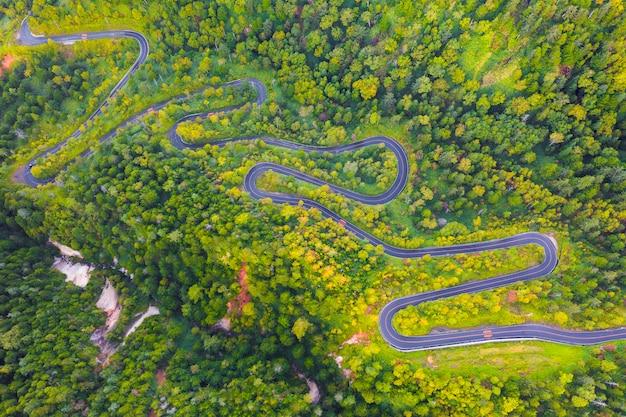 Widok z lotu ptaka kręta droga na górze jesienią