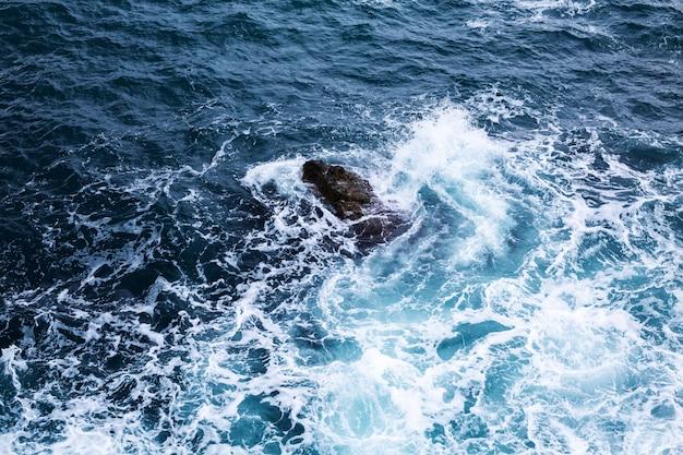 Widok z lotu ptaka krystalicznie czysta tekstury wody morskiej