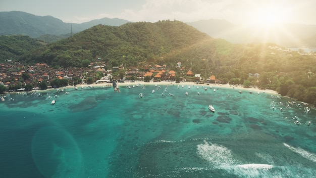 Widok z lotu ptaka kryształowa zatoka oceaniczna zatoka biała plaża i zielone góry leśne o zachodzie słońca miękkie światło