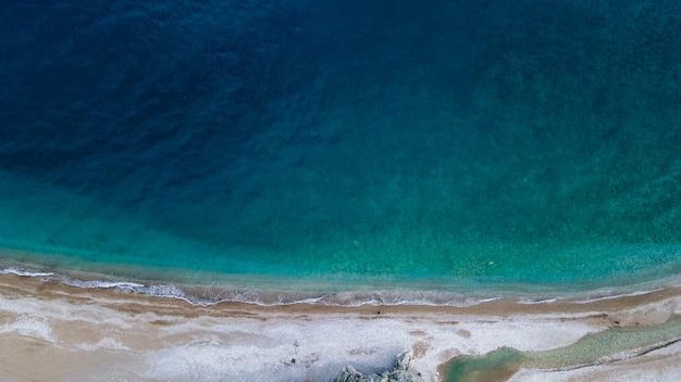 Widok z lotu ptaka kurort słoneczny brzeg w turcji ze wspaniałymi widokami na góry.