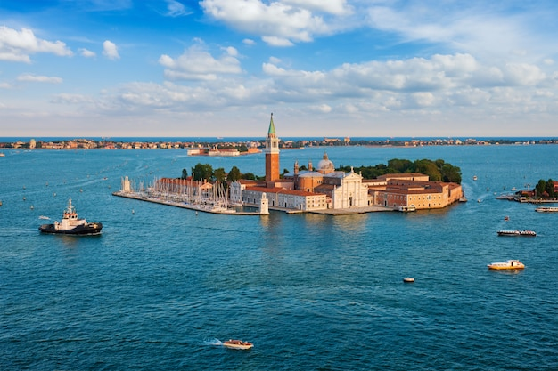 Widok z lotu ptaka laguny weneckiej z łodzi i kościoła san giorgio di maggiore. wenecja, włochy