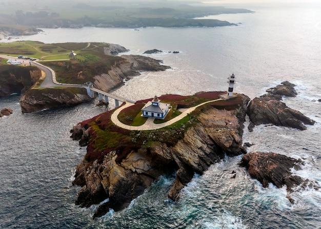 Widok z lotu ptaka latarnia morska isla pancha, ribadeo, galicia, lugo, hiszpania