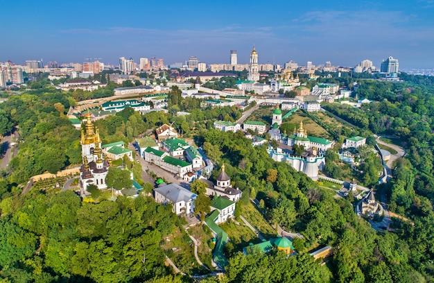 Widok z lotu ptaka ławra peczerska w kijowie. witryna na ukrainie