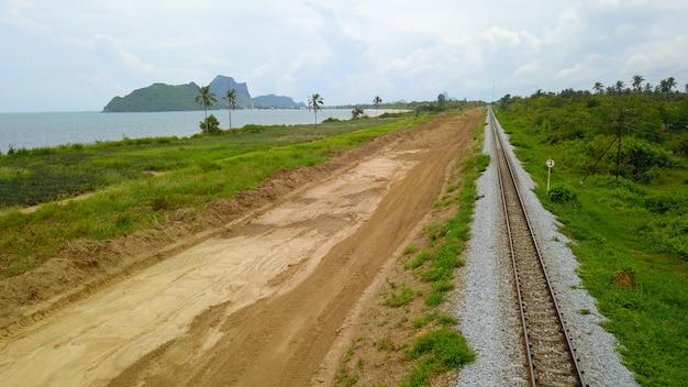 Widok z lotu ptaka linii kolejowej wzdłuż morza z budową dwutorowej linii kolejowej