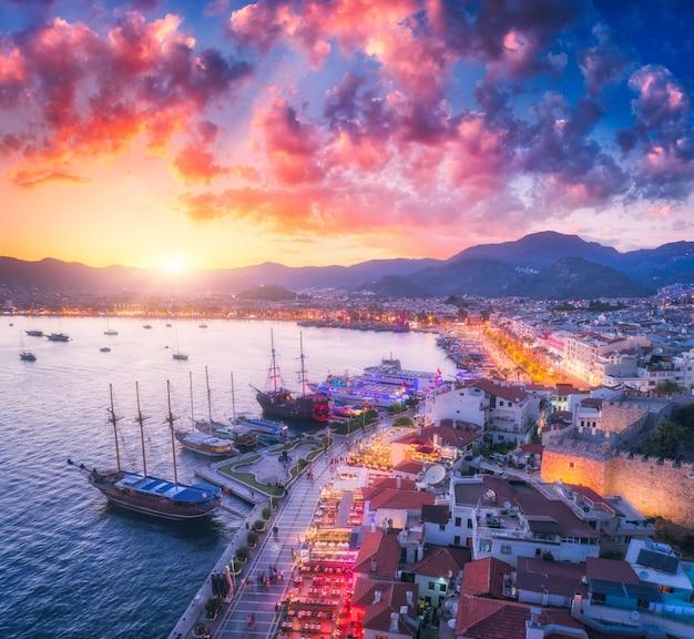 Widok z lotu ptaka łodzi i jachtów o zachodzie słońca