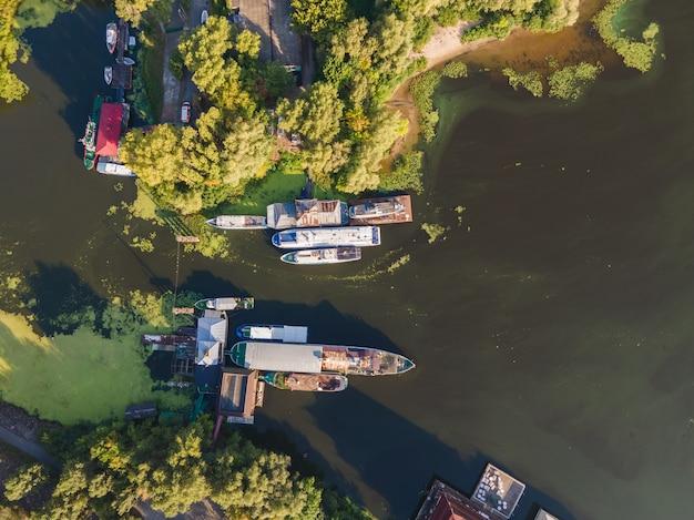 Widok z lotu ptaka łodzi i statków na rzece