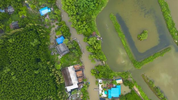 Widok z lotu ptaka łodzi rybackiej na wsi w tajlandii, filmowe ujęcie z góry idyllicznego lokalnego życia w tajlandii