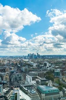 Widok z lotu ptaka london city z tamizą w wielkiej brytanii