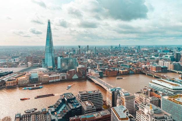 Widok z lotu ptaka londyn z nowoczesnymi budynkami i drapaczem chmur